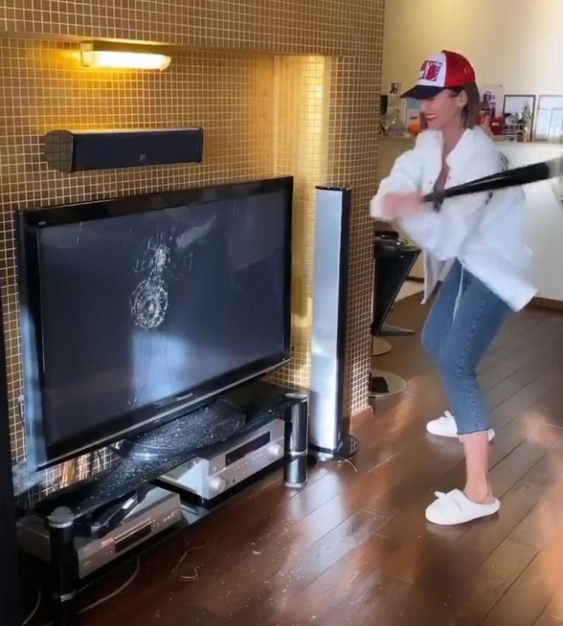 Бузова в самоизоляции на камеру остригла волосы, сожгла платье за 500 тысяч и разбила телевизор (ВИДЕО)