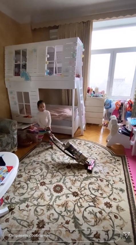 Кексы под винишко: Юрьева из Уральских пельменей засветила пьяного мужа на карантине (ФОТО)