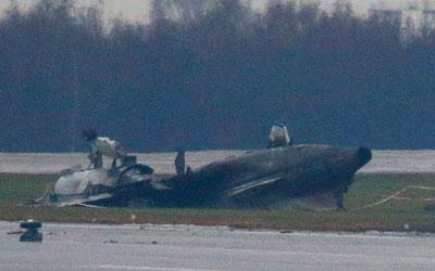 В США самолет разбился, упав во двор жилого дома