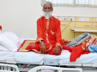 Индийские врачи обследуют человека, который 70 лет провел без пищи и воды