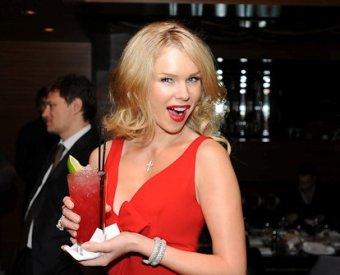 Звезда Playboy требует запретить рекламу водки