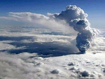 Исландский вулкан начал извергаться с новой силой