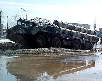 Зенитно-ракетный комплекс С-300 застрял в грязи по дороге на репетицию парада Победы в Екатеринбурге