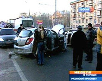 """Девушка на Opel стала виновницей крупного ДТП, пытаясь отомстить """"подрезавшему"""" ее водителю"""