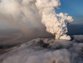 По всей Европе из-за вулканической пыли снова закрываются аэропорты