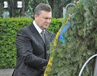 У памятника неизвестному солдату на Януковича упал траурный венок