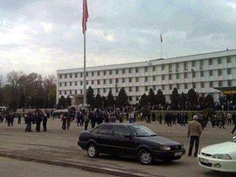 В Киргизии противники новых властей захватили администрацию в Оше