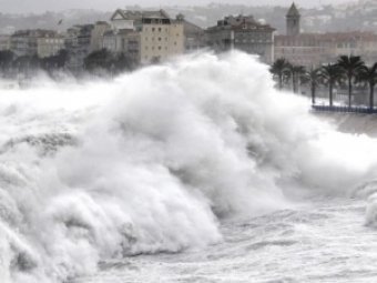 На Лазурный берег Франции обрушились гигантские волны