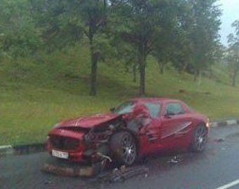 В Москве разбили спорткар Mercedes SLS AMG