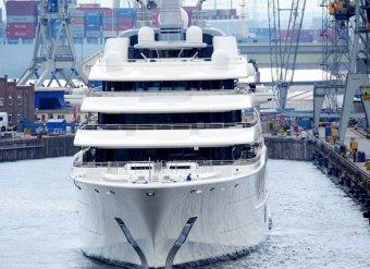 Абрамович не принял у судостроителей новую яхту за 329 млн фунтов: не те шкуры на стенах