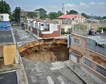 В Гватемале в гигантскую воронку рухнуло несколько зданий