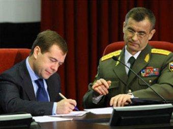 """Медведев подписал законы, """"закручивающие гайки"""" МВД"""