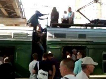 Пассажирам подмосковных электричек приходится ехать на крышах