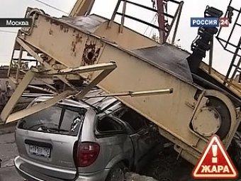 В Москве ураган опрокинул башенный кран на машину с людьми