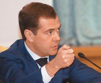 За пожар на авиабазе Медведев уволил руководство ВМФ