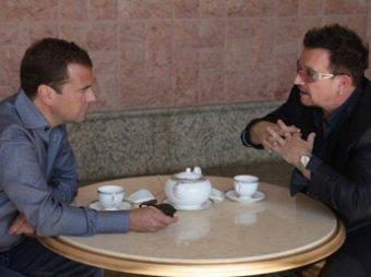 Дмитрий Медведев выпил чаю с лидером группы U2
