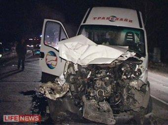 Танк протаранил рейсовый автобус, ранены 5 человек