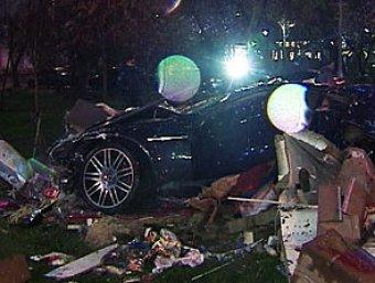 Лихач на Aston Martin сбил две торговые палатки