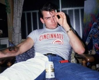 Голый и пьный Чарли Шин госпитализирован после вечеринки в психушку