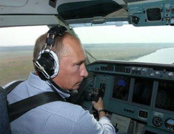 Росавиация не смогла ответить блогеру, кто разрешил Путину управлять самолетом