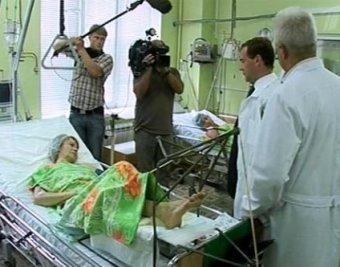 Блогер предложил Медведеву прожить две недели на стуле и умереть в очереди за справкой