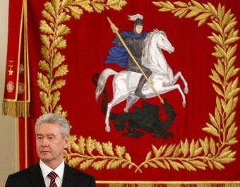 У мэрии Москвы вывесели гигантский билет в Тюмень для Собянина