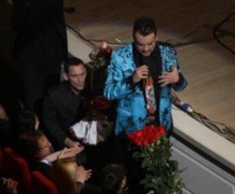 В Сети всплыло видео, где Киркоров бьет поклонницу прямо во время концерта