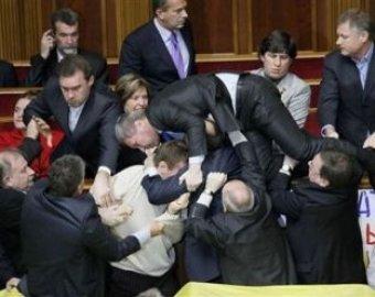 Жестокая драка в украинской Раде: депутатов выносили на носилках