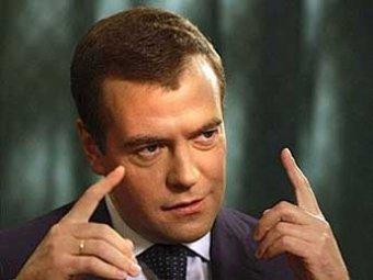 Медведев поручил проверить декларации чиновников, имеющих шикарные авто и особняки