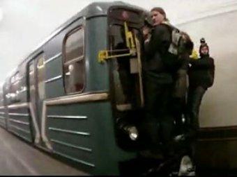 Двое студентов погибли в метро, катаясь на крыше вагона