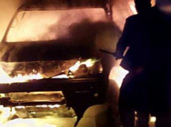 СМИ: Maybach за  000 спалили на глазах у хозяина и сняли на видео