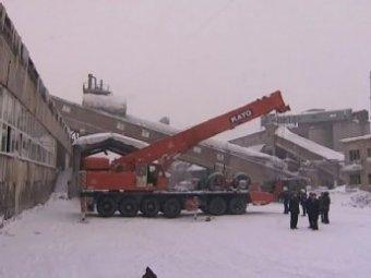 В Новосибирске крыша здания обрушилась на строителей, а стены - на спасателей