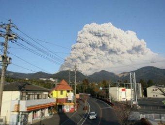 Вслед за землетрясением и цунами в Японии началось извержение вулкана
