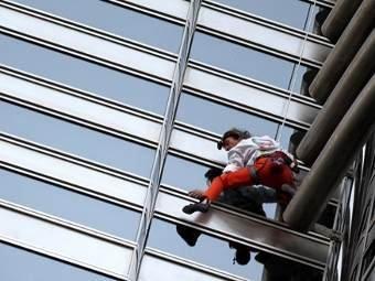 """""""Человек-паук"""" покорил высочашее здание в мире"""