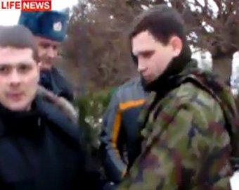 Сергея Миронова на митинге засыпали перьями