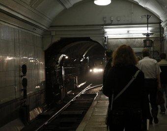 В московском метро мужчина погиб от удара зеркалом поезда