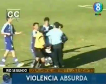 Аргентинские футболисты избили арбитра до потери сознания