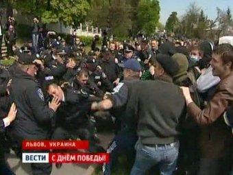На Украине националисты напали на ветеранов и сожгли российский флаг