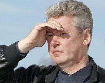 """Мэра Москвы забросали яйцами на митинге """"Единой России"""""""