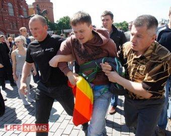"""В Москве разогнали гей-парад: 34 задержанных, госпитализирована спецкор """"Новой газеты"""""""