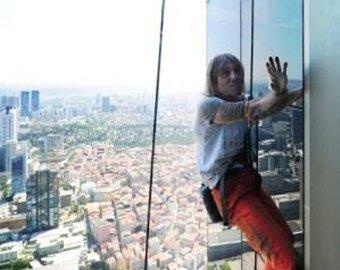 """Страховочная верёвка спасла """"человека-паука"""" от падения с небоскрёба"""