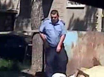 В Воронеже пьяный полицейский справил нужду во дворе и сел за руль