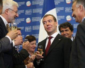 СМИ: Медедев предложил крупному бизнесу выбрать между ним и Путиным