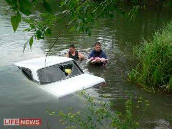 На Кубани пьяные родители утопили в пруду машину с детьми