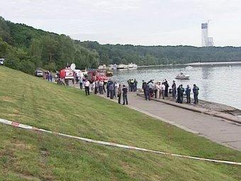 На Москва-реке катер с туристами столкнулся с баржей: 9 погибших