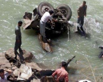 В Индии автобус с 60 пассажирами упал в пропасть
