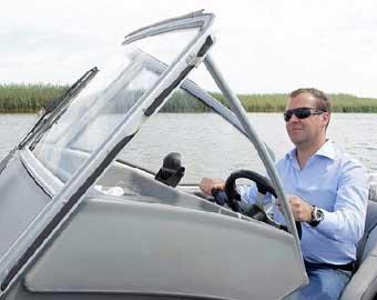 Медведев заснял на «мыльницу» подводный мир Волги: блогеры снова негодуют
