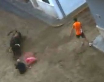 В Испании бык насмерть затоптал мужчину с розовым зонтиком