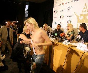 Голая активистка FEMEN напала в Киеве на Пэрис Хилтон
