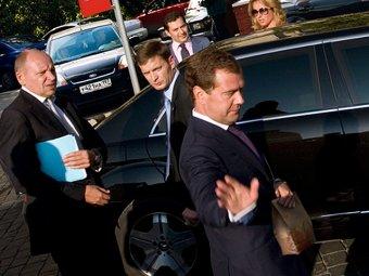 """Аноним из """"охраны президента"""" торгует в Сети частными фото Медведева"""